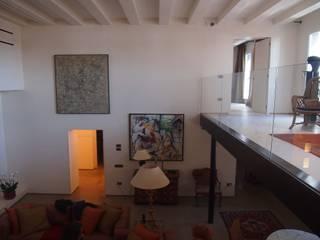 unità residenziale a venezia: Soggiorno in stile  di studi di progettazione riuniti