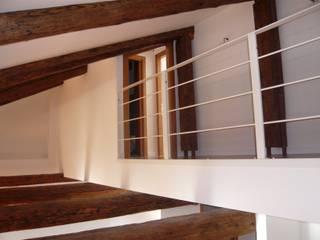 unità residenziale a venezia: Ingresso & Corridoio in stile  di studi di progettazione riuniti