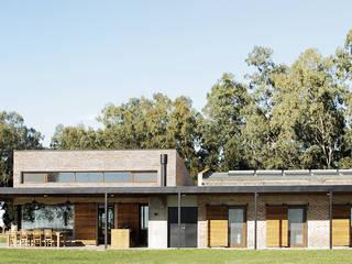 Casas de estilo  de BAM! arquitectura, Rural