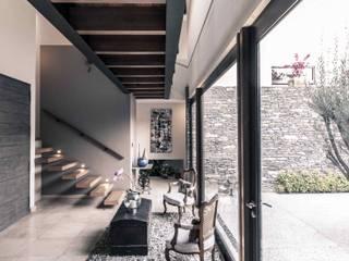 Pasillos, vestíbulos y escaleras de estilo moderno de Loyola Arquitectos Moderno