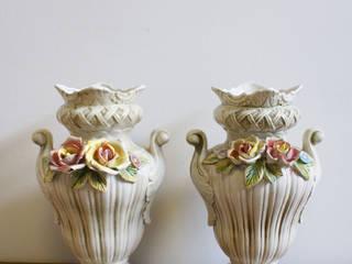 Set Überkitsch vazen van Capodimonte. Vintage vaas met rozen x 2. :   door Flat sheep