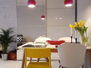 Klimatyczne mieszkanie w starej kamienicy: styl , w kategorii Salon zaprojektowany przez Project Art Joanna Grudzińska-Lipowska