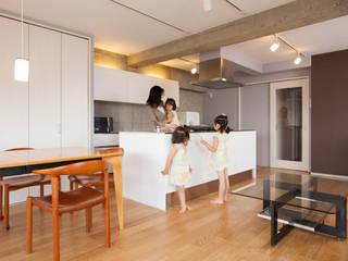 「ビンテージ+ぬくもり」生まれ変わった広く光あふれる空間 インダストリアルデザインの キッチン の 株式会社インテックス インダストリアル