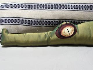 Basile le coussin crocodile décoratif par 'Dis pas non' Éclectique