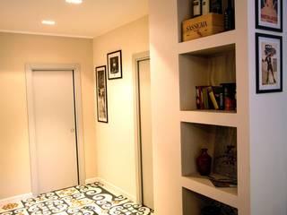 Couloir, entrée, escaliers minimalistes par Buildesign Minimaliste