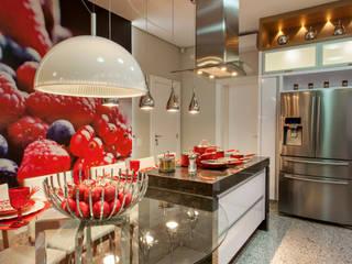 現代廚房設計點子、靈感&圖片 根據 Arquiteto Aquiles Nícolas Kílaris 現代風