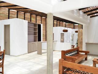 CASA DEL BOSQUE: Salas de estilo minimalista por santiago dussan architecture & Interior design