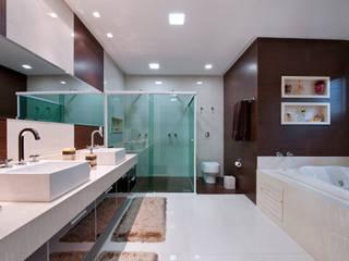 Minimalist style bathroom by Livia Martins Arquitetura e Interiores Minimalist