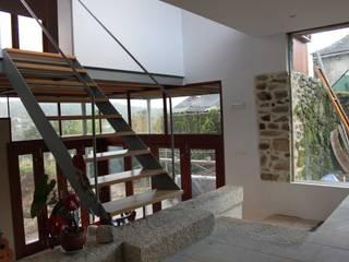 Vivienda en Vilasobroso, Mondariz: Salones de estilo  de Juan Pinto - Estudio de Arquitectura