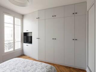 Vicky - Appartement familial de 80 m2 aux Batignolles: Chambre de style  par Batiik Studio