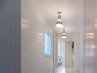 Minimalist corridor, hallway & stairs by Interior Zen. Obras e Proxectos Minimalist