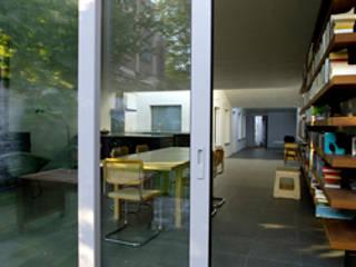 Modern dining room by Modelmo ScPRL Modern