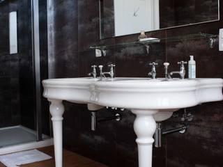 DeRadigues: Salle de bains de style  par Modelmo ScPRL