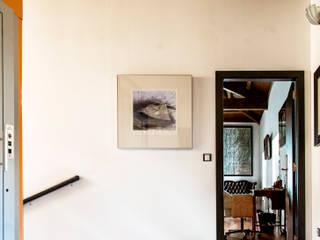 Couloir, entrée, escaliers modernes par Belén Sueiro Moderne