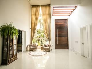 Couloir et hall d'entrée de style  par Roma Arquitetura
