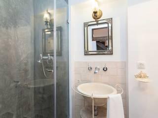 Prédio Turístico em Santa Catarina, Lisboa: Casa de banho  por alma portuguesa