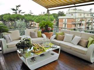 TERRAZZI - BALCONI - ZONE VERDI - UN BELLISSIMO ATTICO A ROMA Balcone, Veranda & Terrazza in stile mediterraneo di Loredana Vingelli Home Decor Mediterraneo