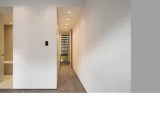 Corridor & hallway by christophe galoux - architecte
