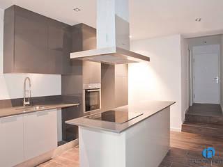 Reforma de vivienda en el Poble Nou de Barcelona Cocinas de estilo industrial de Grupo Inventia Industrial