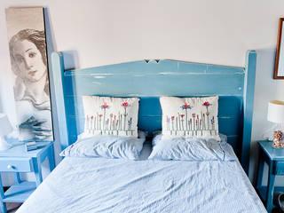 Cabezal de cama de matrimonio decapado en azul:  de estilo  de Miulas Mobles