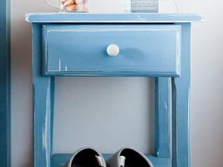 Mesita de noche decapada en azul: Dormitorios de estilo  de Miulas Mobles