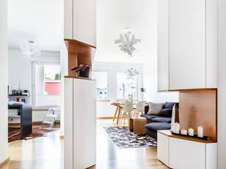 Ayuko Studio Pasillos, vestíbulos y escaleras de estilo escandinavo Blanco