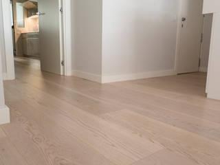 Vivienda en Barcelona Paredes y suelos de estilo minimalista de SANCÁS - Puertas y Parquets Minimalista