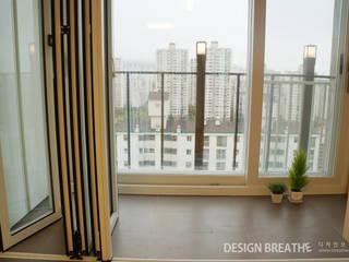 Moderne balkons, veranda's en terrassen van 디자인브리드 Modern