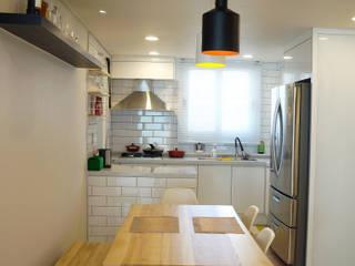 Sala da pranzo moderna di 디자인브리드 Moderno