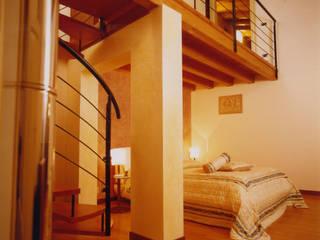 La scala come anima dell'abitazione Camera da letto moderna di STUDIO ARCHITETTURA SPINONI ROBERTO Moderno