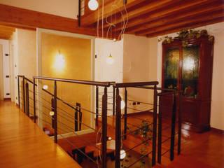 La scala come anima dell'abitazione Ingresso, Corridoio & Scale in stile moderno di STUDIO ARCHITETTURA SPINONI ROBERTO Moderno