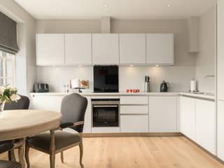 Kitchen homify Modern kitchen White