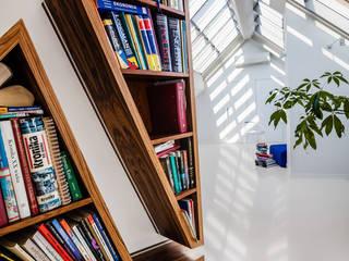 Ayuko Studio Pasillos, vestíbulos y escaleras de estilo moderno Madera Blanco