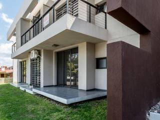 PORTAL SANTA RITA Casas modernas: Ideas, imágenes y decoración de CELOIRA CALDERON ARQUITECTOS Moderno