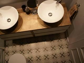 Ambient industrial: Baños de estilo  de STUDI+2 disseny d'interiors