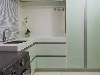 Apartamento Palazzo: Paredes  por Designer de Interiores e Paisagista Iara Kílaris