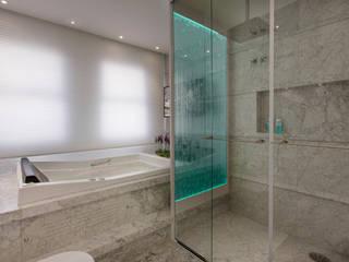 Apartamento Palazzo: Banheiros  por Designer de Interiores e Paisagista Iara Kílaris