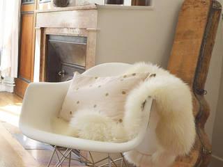 Un fauteuil vintage et sa fourrure: Salon de style  par Skéa Designer