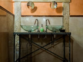 Glass washbasins on on iron tray: Negozi & Locali commerciali in stile  di Lineabeta