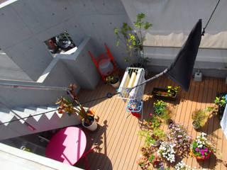 多彩なコンクリート壁の家: ユミラ建築設計室が手掛けたテラス・ベランダです。