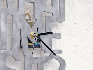 Orologio da parete What time is it?:  in stile  di R.Ely Design
