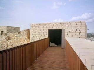 Castillo de Baena: Casas de estilo  de Grupo GUBIA