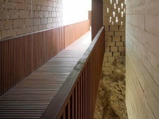 Castillo de Baena: Pasillos y vestíbulos de estilo  de Grupo GUBIA