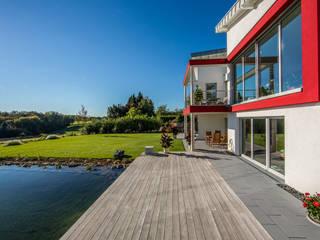Ansicht des Balkons und der Terrasse mit Garten:  Terrasse von aaw Architektenbüro Arno Weirich