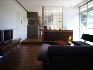 Modern living room by 村松英和デザイン Modern