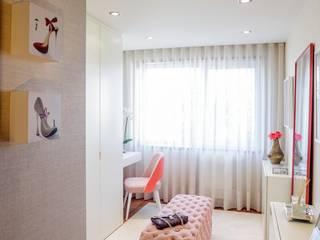 Modern Dressing Room by Susana Camelo Modern