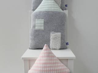 Coussin maison tout doux et son toît diamonds blanc et noir, vert amande ou rose poudré:  de style  par LoKee