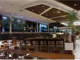Praça de alimentação do Shopping Parque Balneário – Santos: Espaços gastronômicos  por KN Associados,