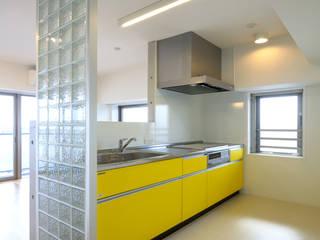 通り抜け通路のある建物: ユミラ建築設計室が手掛けたキッチンです。