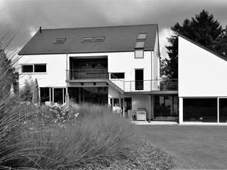 Rixensart 2011: Maisons de style  par ATELIER D'ARCHITECTURE ETIENNE BLAVE sprl